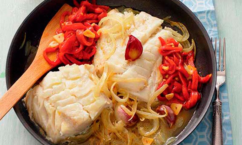 Bacalao con pimientos del piquillo y cebolla