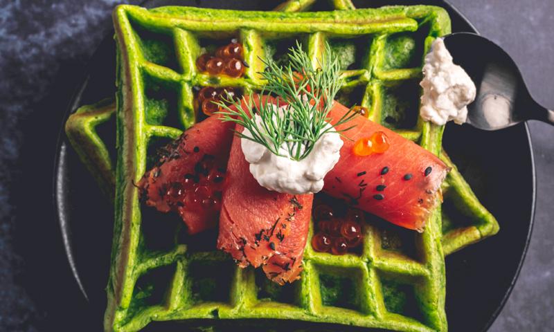 Gofres de espinacas con salmón