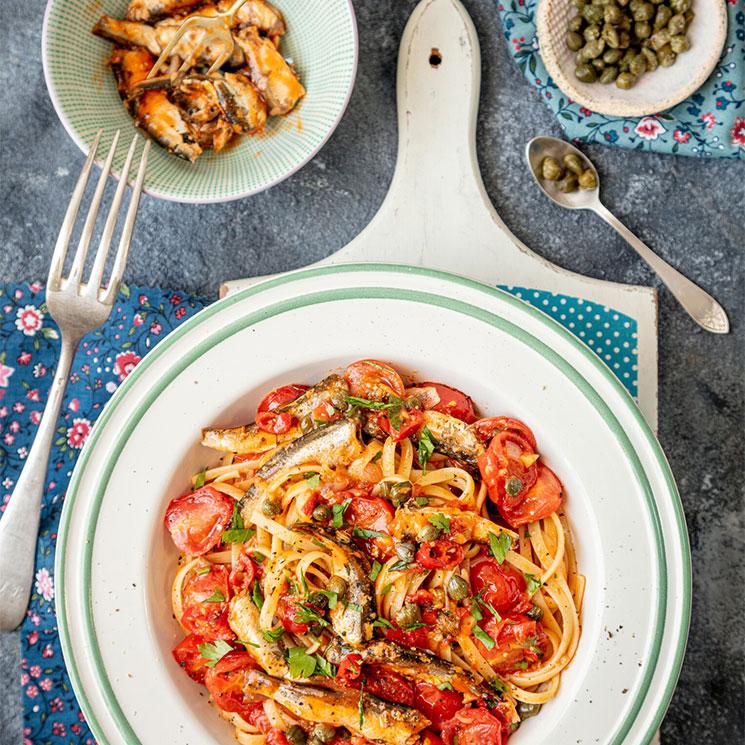 Espaguetis con sardinas, tomate y alcaparras