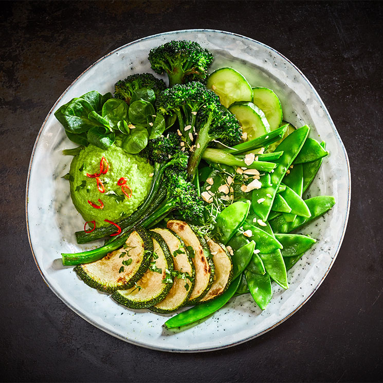 Bol saludable con brócoli, calabacín y tirabeques