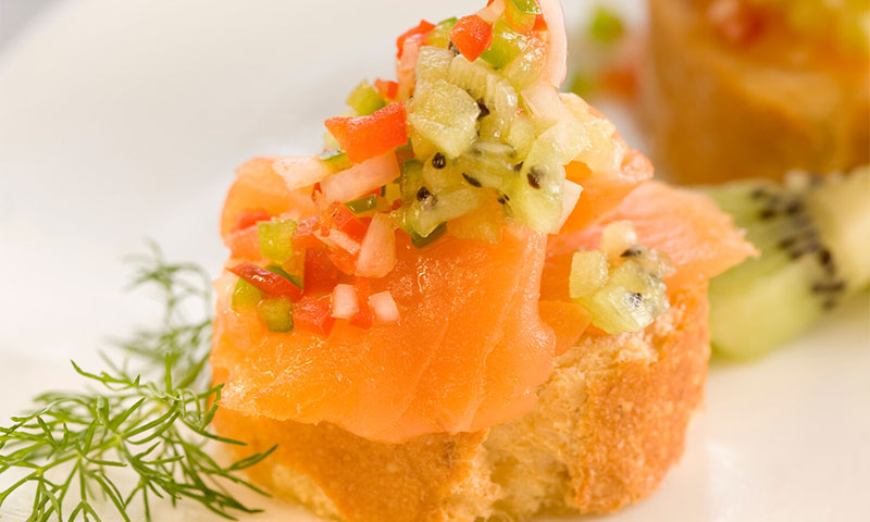 Montadito de salmón ahumado con pipirrana de kiwi
