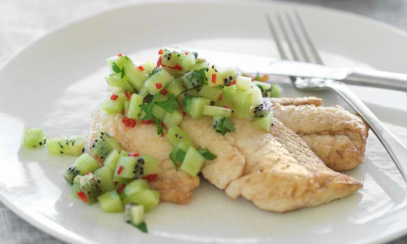 Filetes de pescado a la plancha con guarnición de kiwi picante