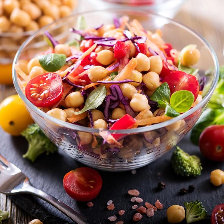 Ensalada de garbanzos, tomate y frutas secas