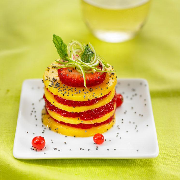 Timbal de fresas y mango con grosellas