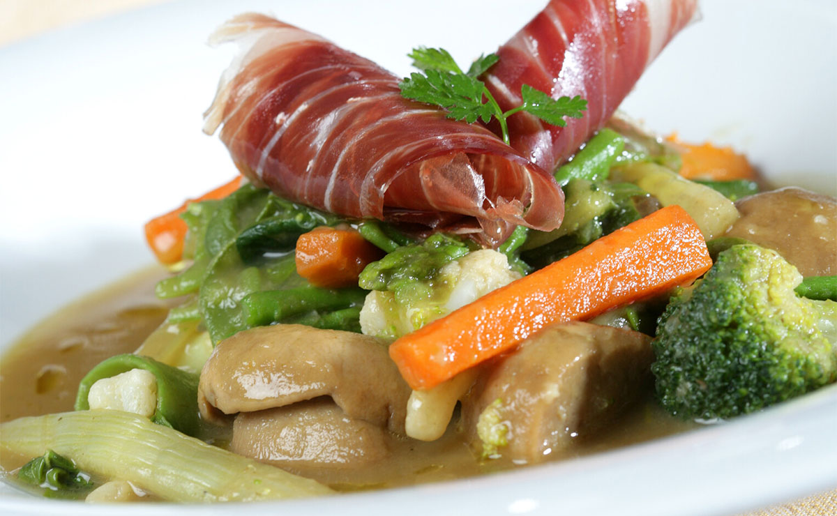 Menestra de verduras con setas y jamón ibérico