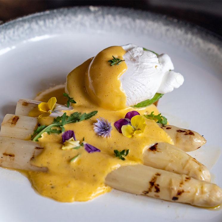 Espárragos blancos con huevo escalfado y salsa holandesa