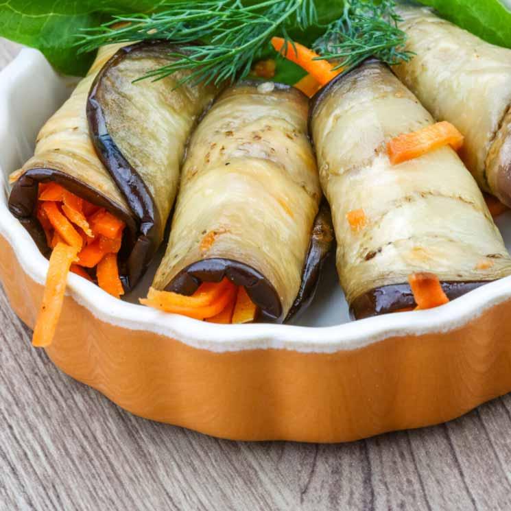 Rollitos de berenjena rellenos de pimientos y zanahorias