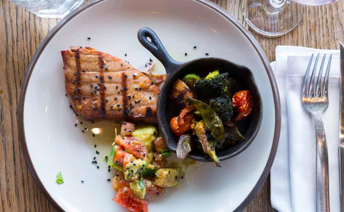 Atún rojo a la plancha con aguacate y verduras asadas