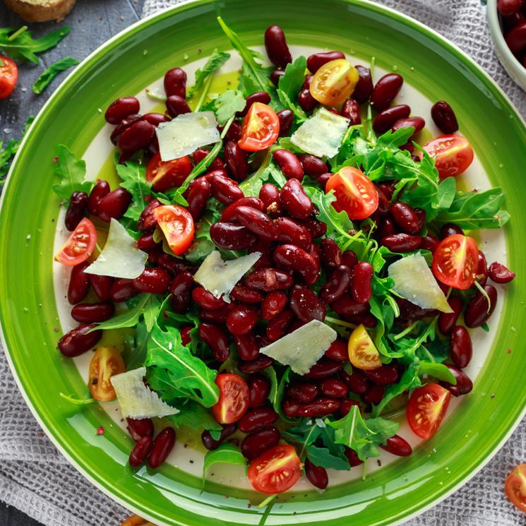 Ensalada de alubias rojas y lascas de parmesano