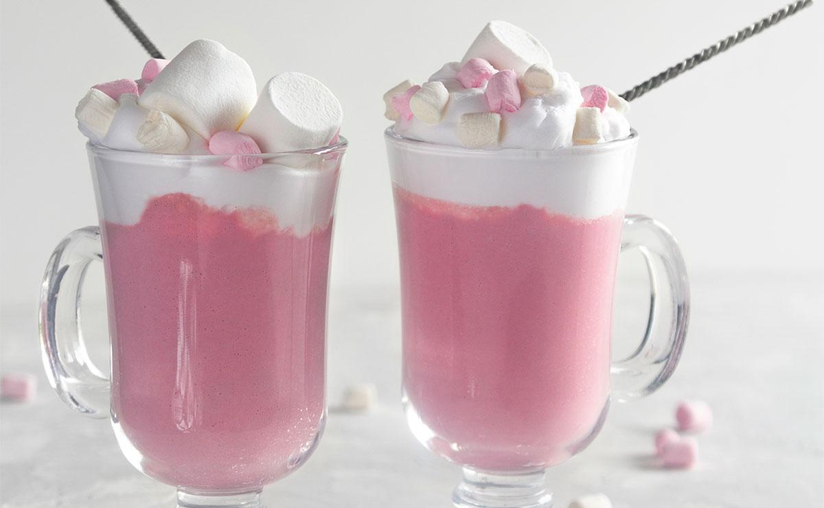 Chocolate rosa caliente con nata y nubes