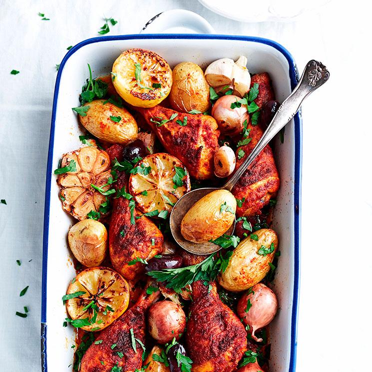 Pollo especiado al horno con patatas, limón y aceitunas negras