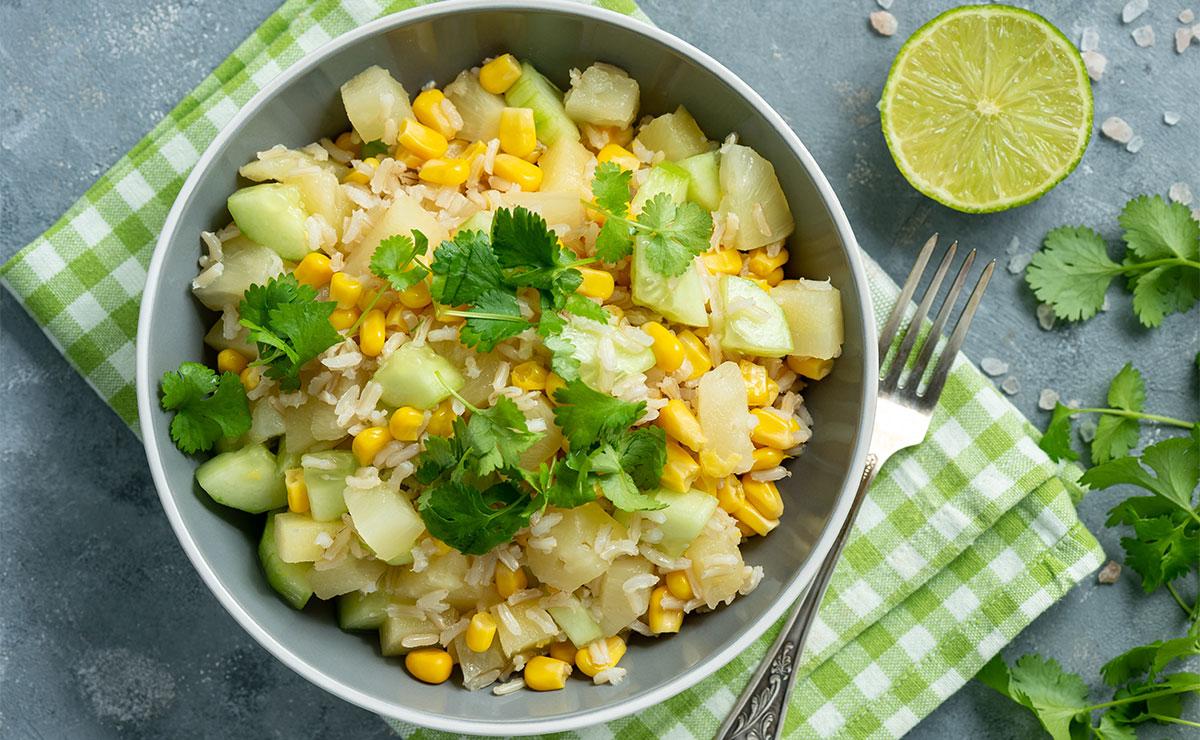 Ensalada de arroz integral con maíz, pepino y piña
