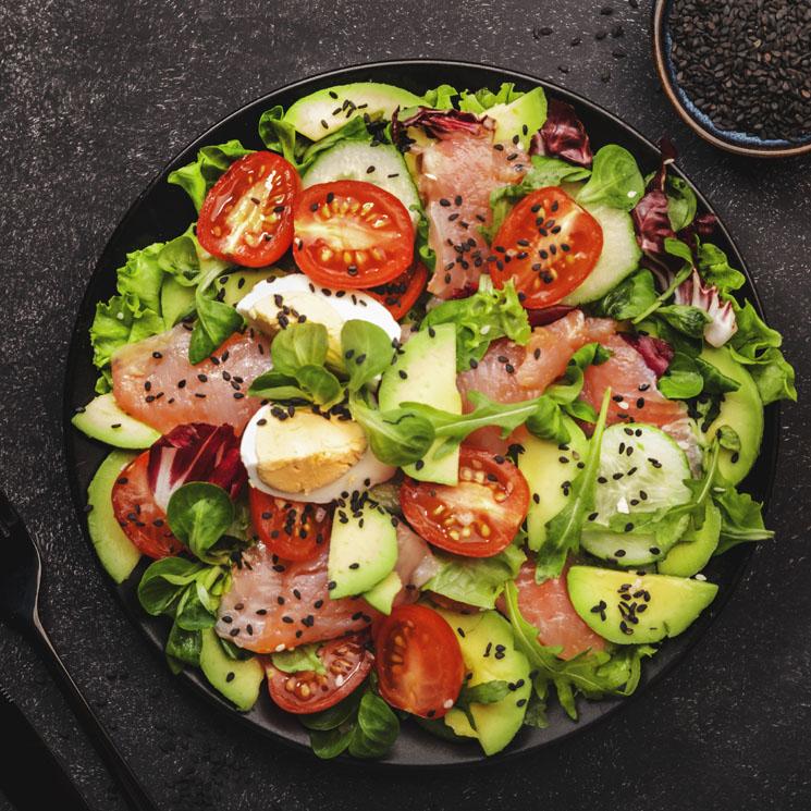Ensalada de rúcula con salmón y aguacate