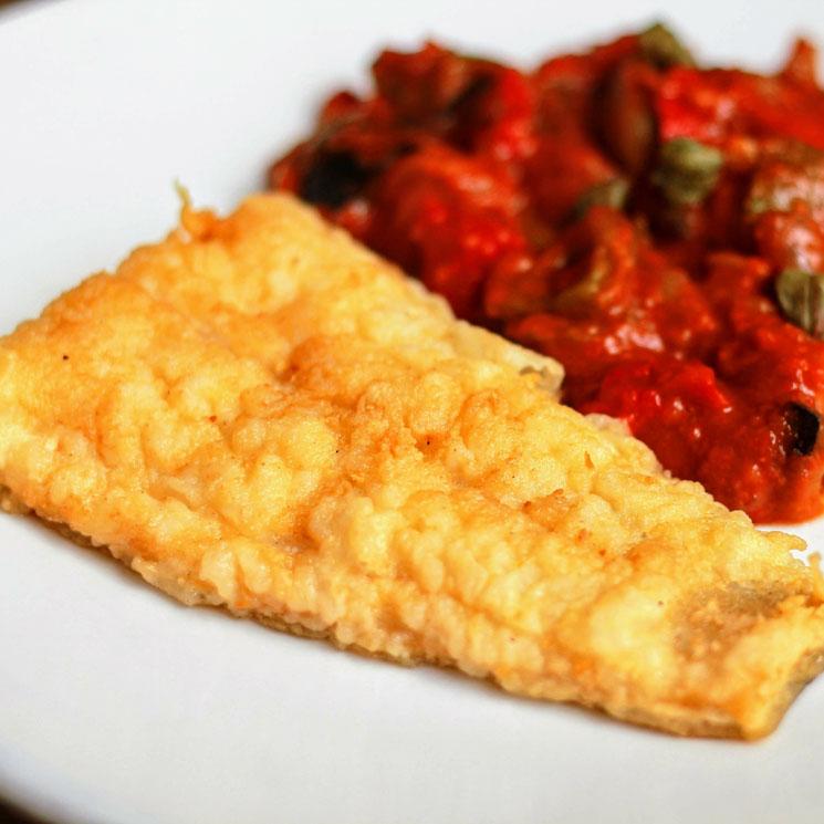 Filete de merluza rebozado con ensalada de pimientos
