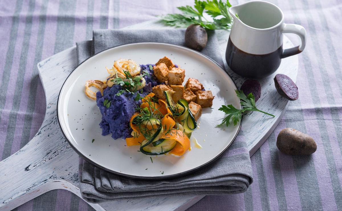 Tofu marinado con puré de patata morada y verduras