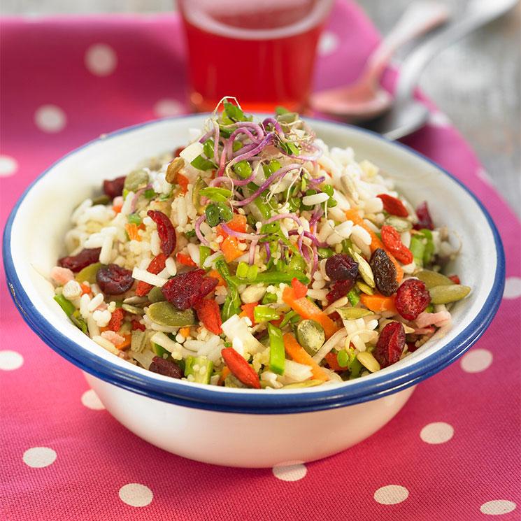 Ensalada de arroz y sémola con arándanos y pipas