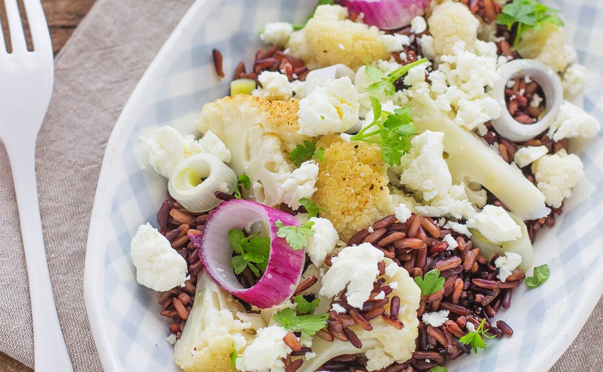Ensalada de arroz rojo, queso feta y coliflor a la plancha