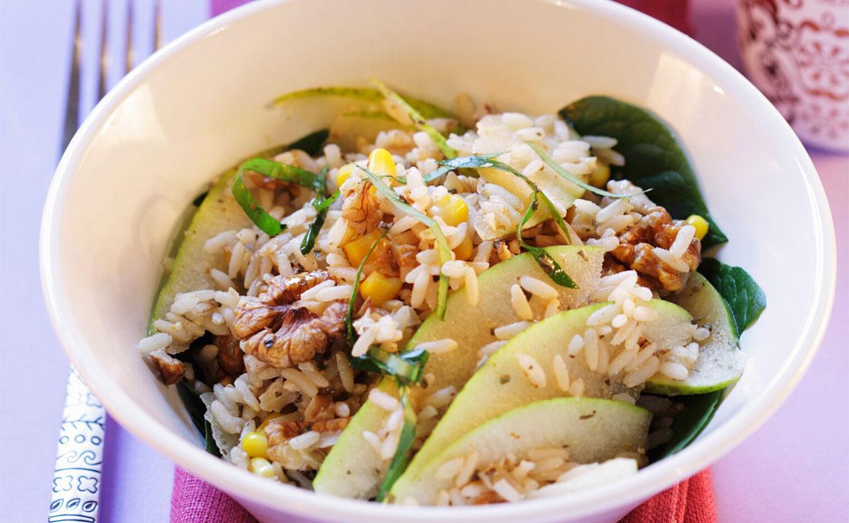 Ensalada de arroz con espinacas, pera y nueces