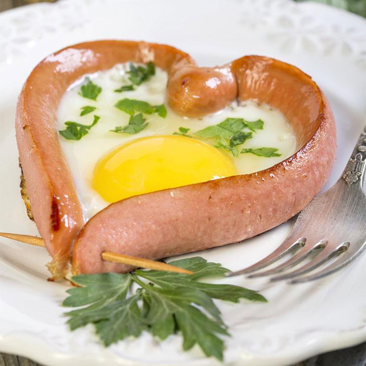 Corazón de salchicha con huevo frito