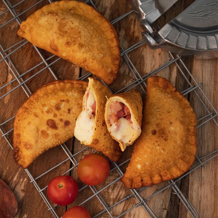 Empanadillas de queso, salchicha y tomate