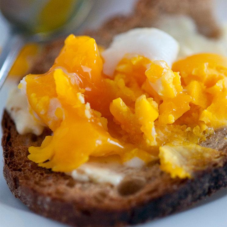 Tostada de pan de centeno con mantequilla y huevo duro