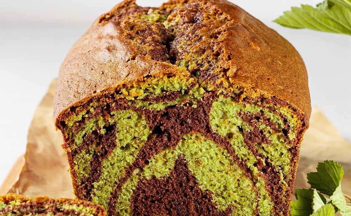 Bizcocho bicolor de chocolate y té matcha
