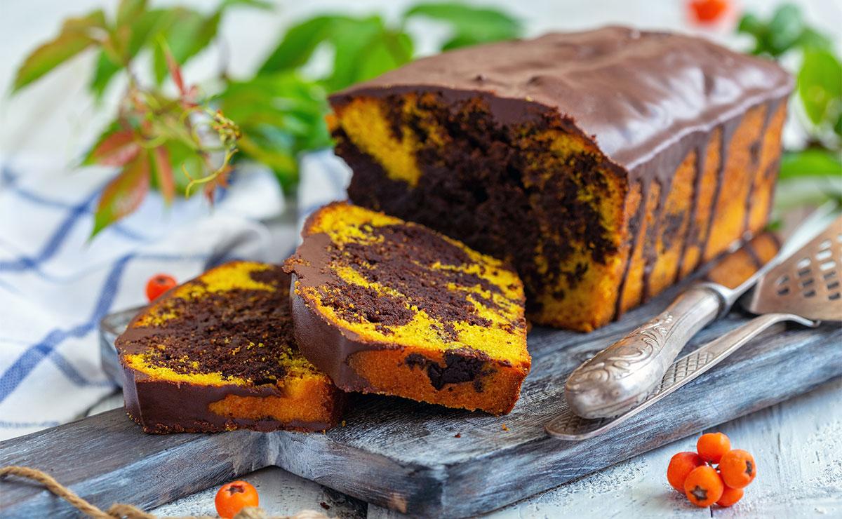 Bizcocho marmolado de chocolate y naranja