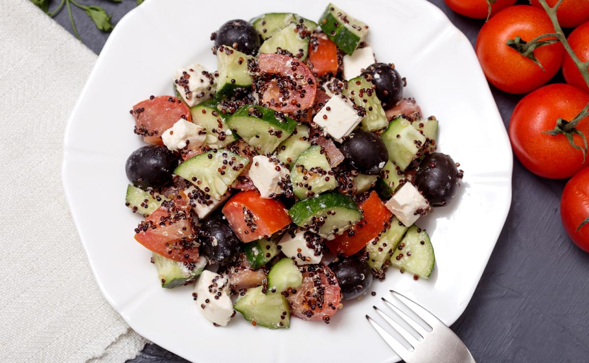Ensalada de quinoa negra con tomate y pepino