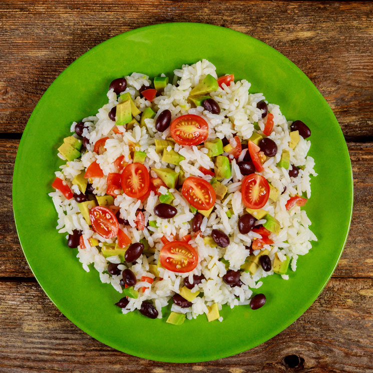 Ensalada mexicana con arroz al vapor y aguacate