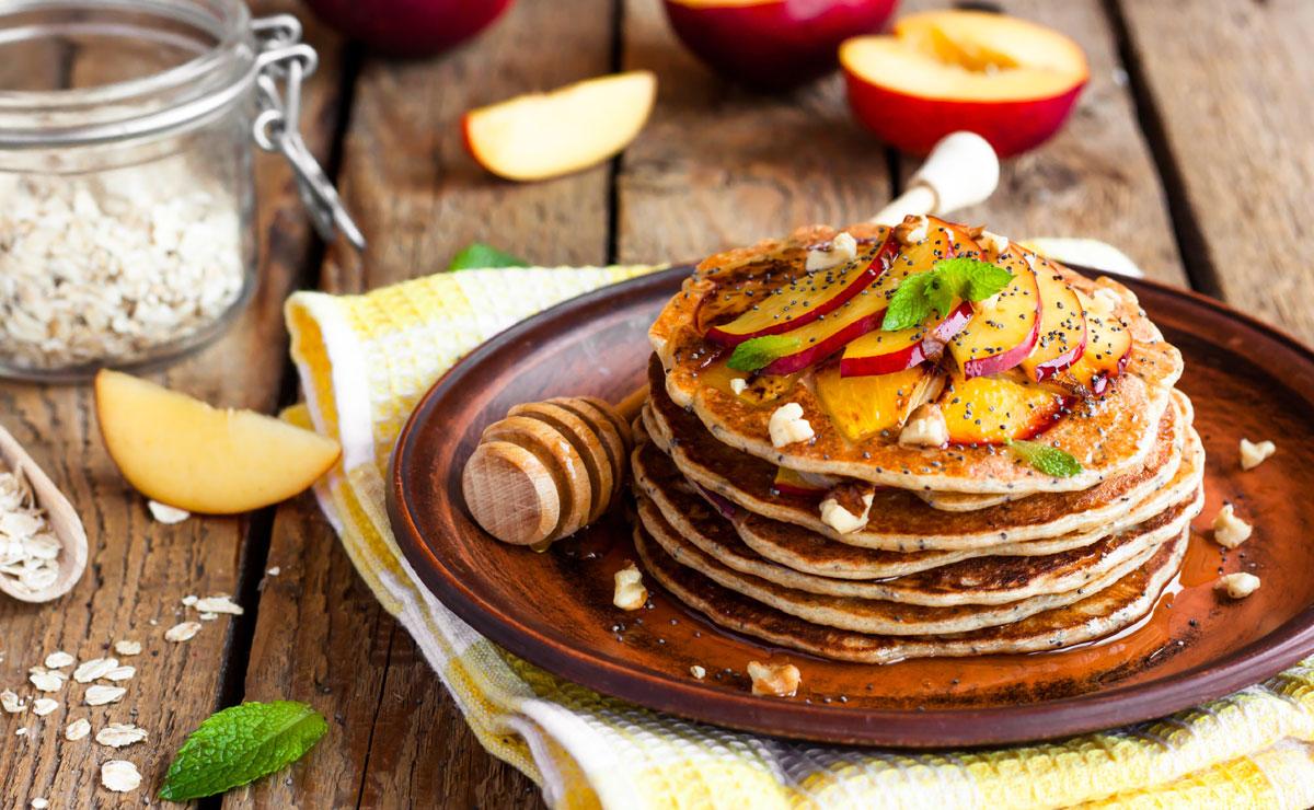 Tortitas con nectarinas, nueces y semillas de amapola