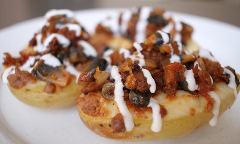 Patatas asadas rellenas de carne picada y huitlacoche