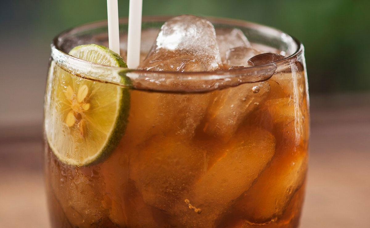 Agua de panela con zumo de lima