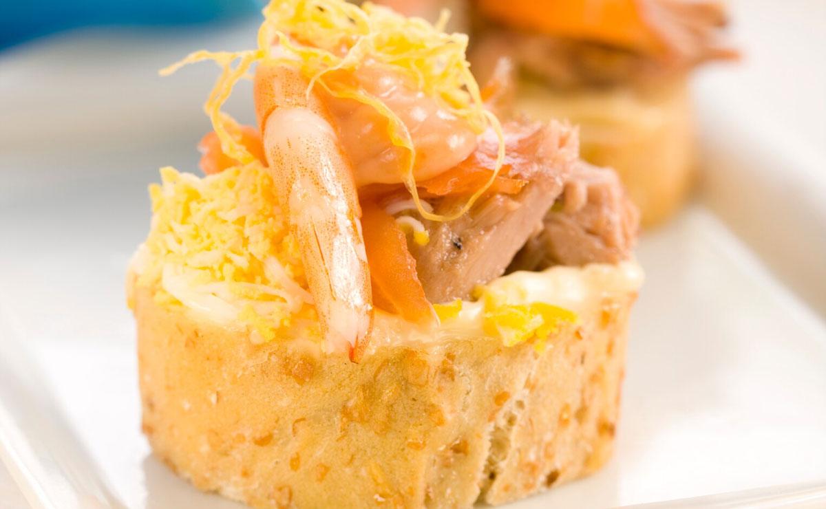 Canapé de atún, salmón, gamba y huevo cocido