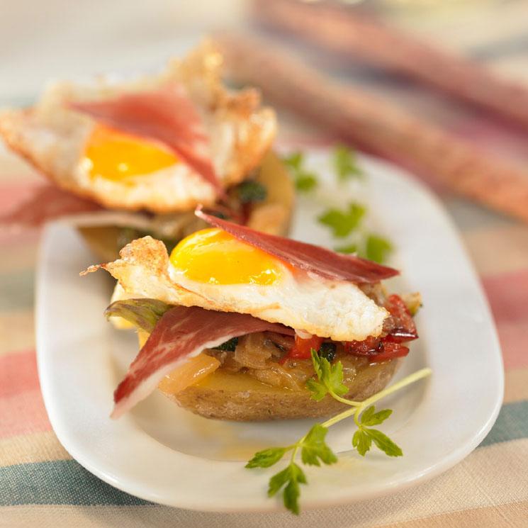 Patatas rellenas con pisto, jamón ibérico y huevo frito
