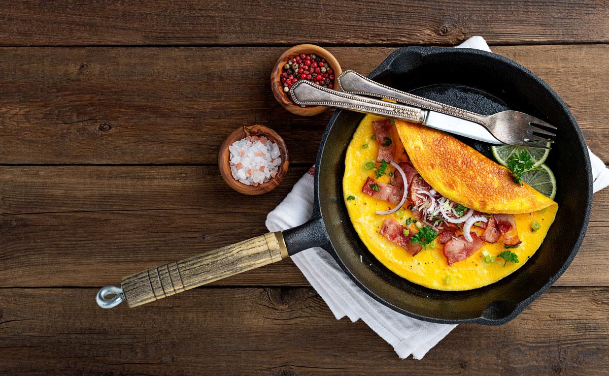 Tortilla francesa con beicon y cebolla morada
