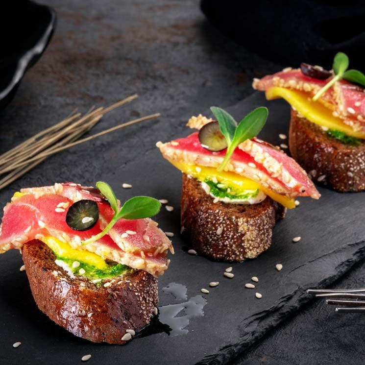 'Bruschetta' de tataki de atún con mango y queso