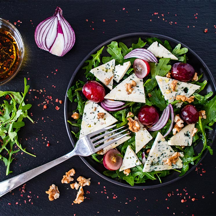 Ensalada verde con queso azul, nueces y uvas