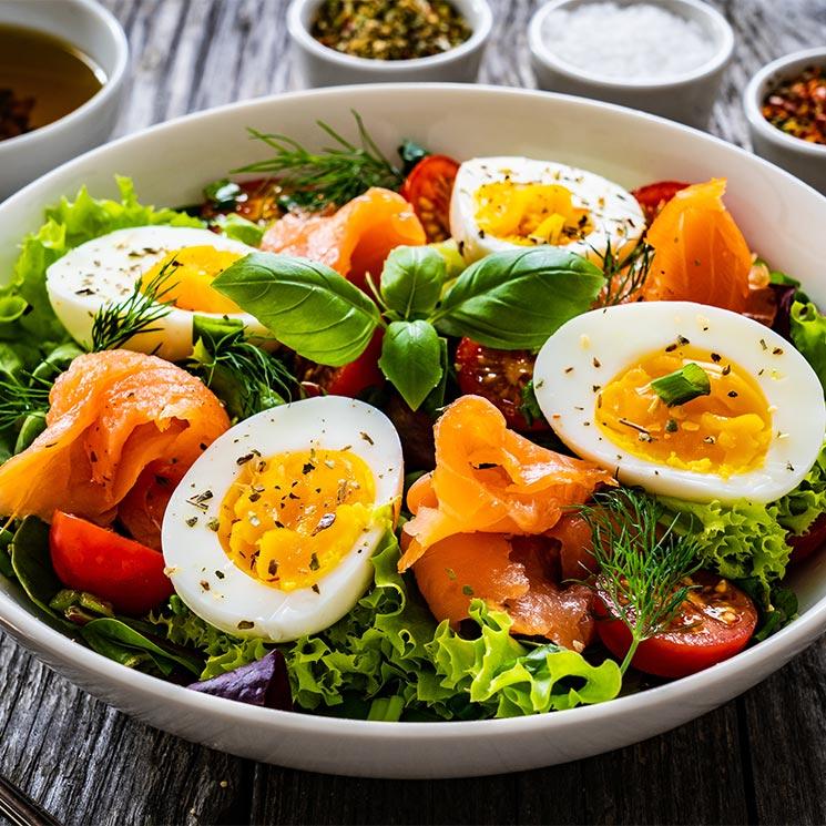 Ensalada de salmón ahumado y huevo cocido