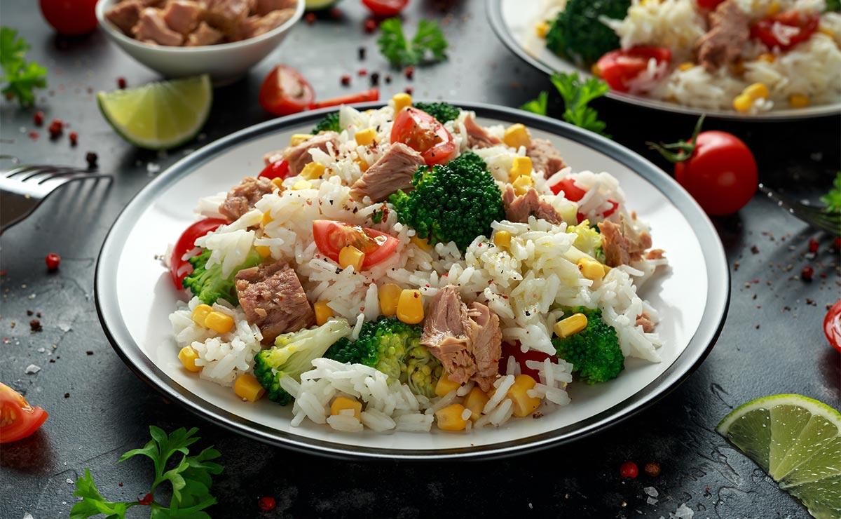 Ensalada de arroz con atún, brócoli, tomates cherry y maíz