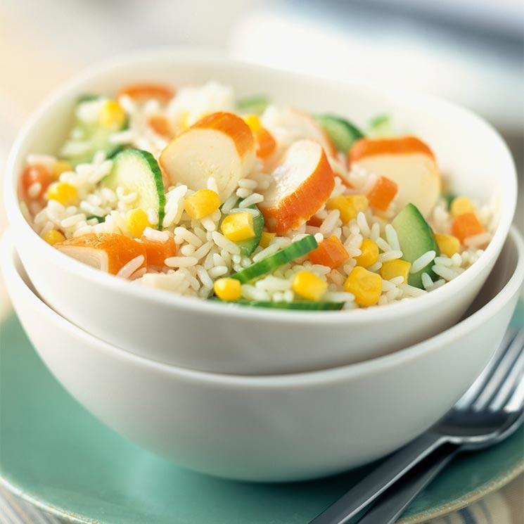 Ensalada de arroz, maíz y palitos de cangrejo
