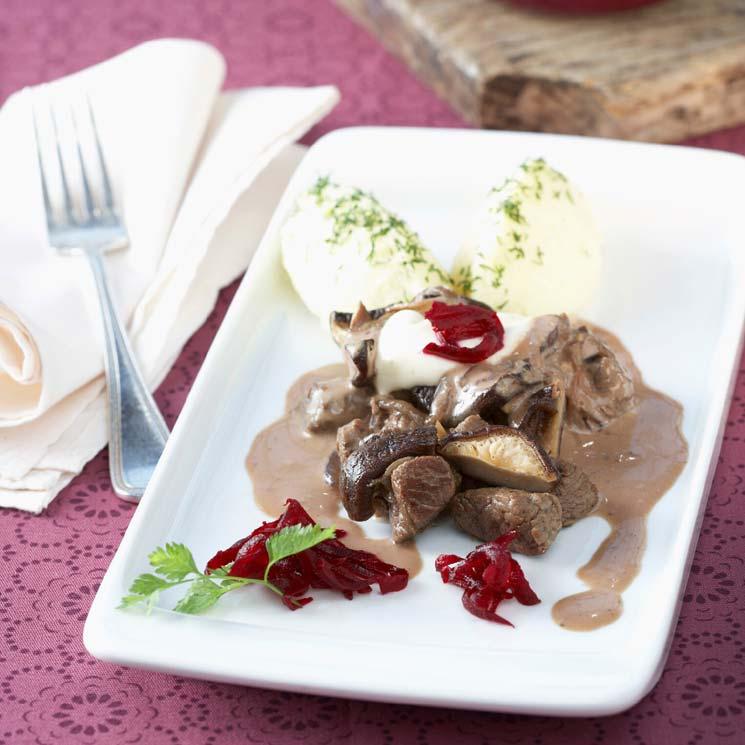 Solomillo 'Strogonoff' al vino tinto con puré de patata y remolacha