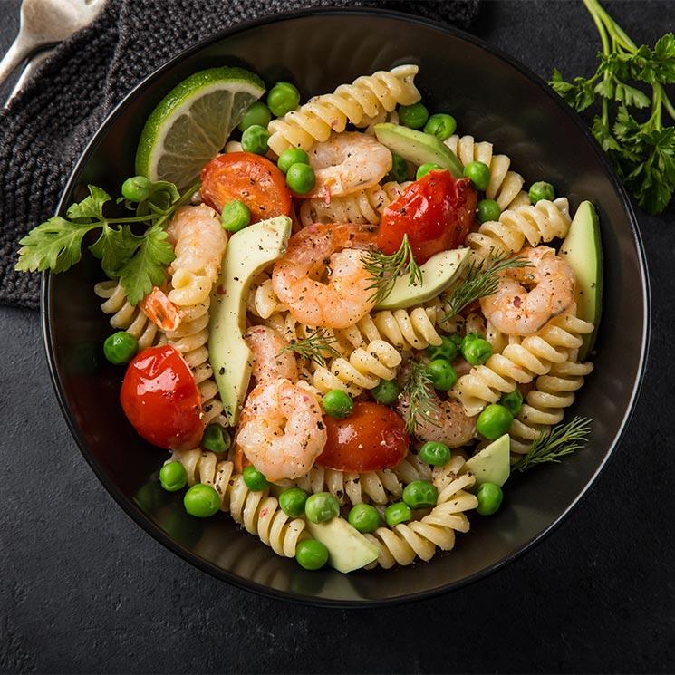 Ensalada de tornillos, aguacate, tomate y gambas