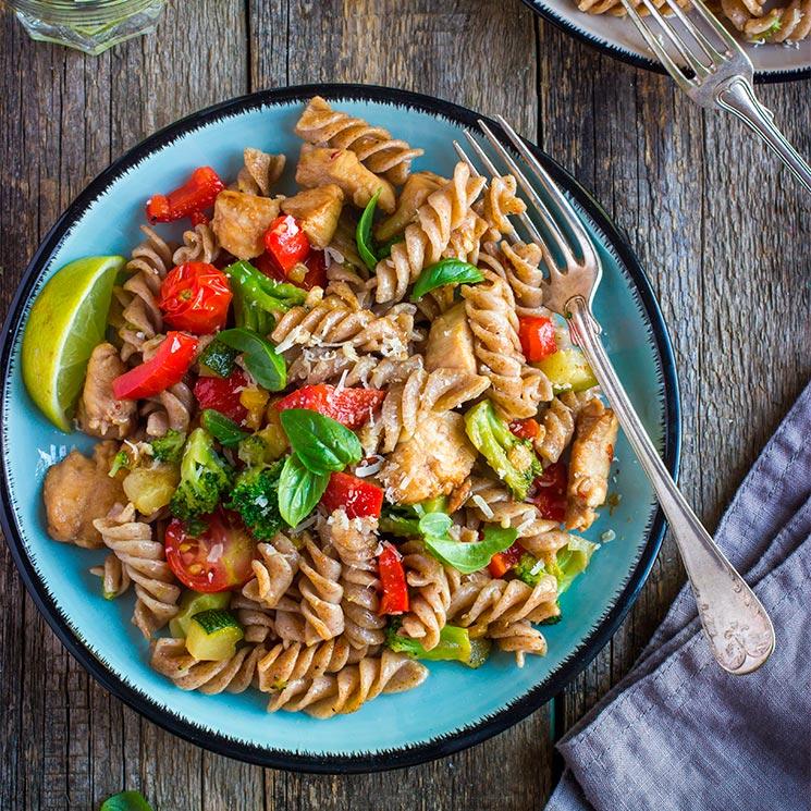 Ensalada de pasta integral con pollo y vegetales