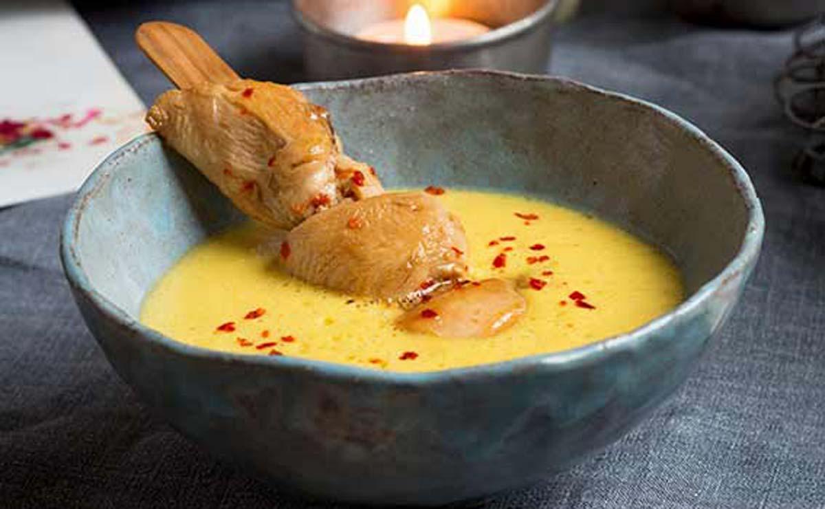 Sopa de mango y coco con brochetas de pollo especiado