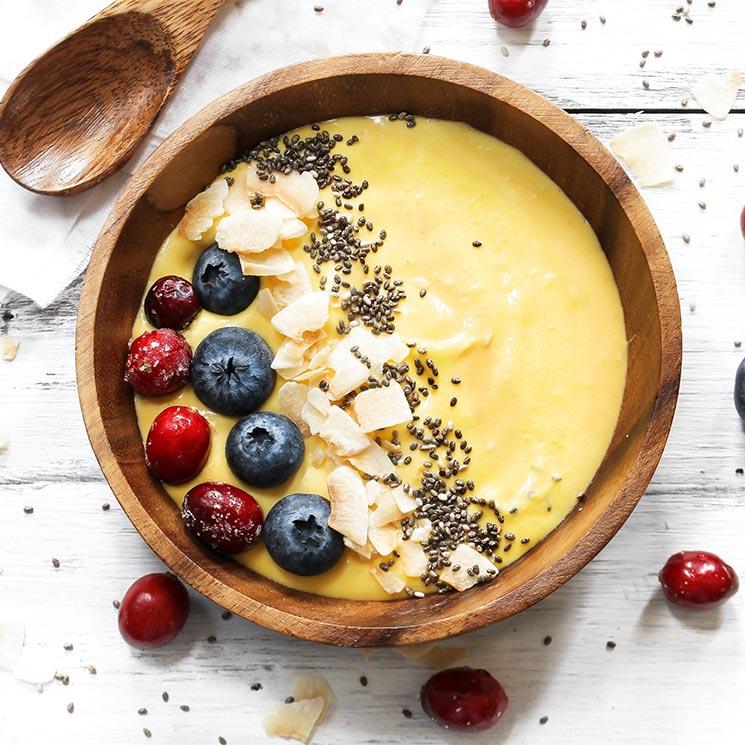 'Smoothie bowl' de mango con frutos del bosque