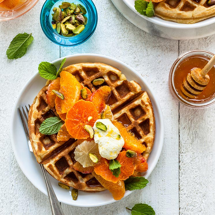 'Waffles' con cítricos, 'labneh', miel y pistachos