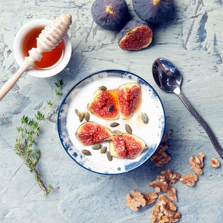 Yogur griego con frutos secos e higos
