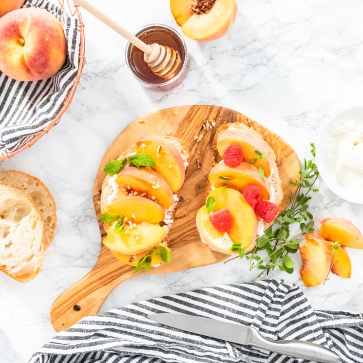 Tostadas de melocotón con queso crema y frutos rojos