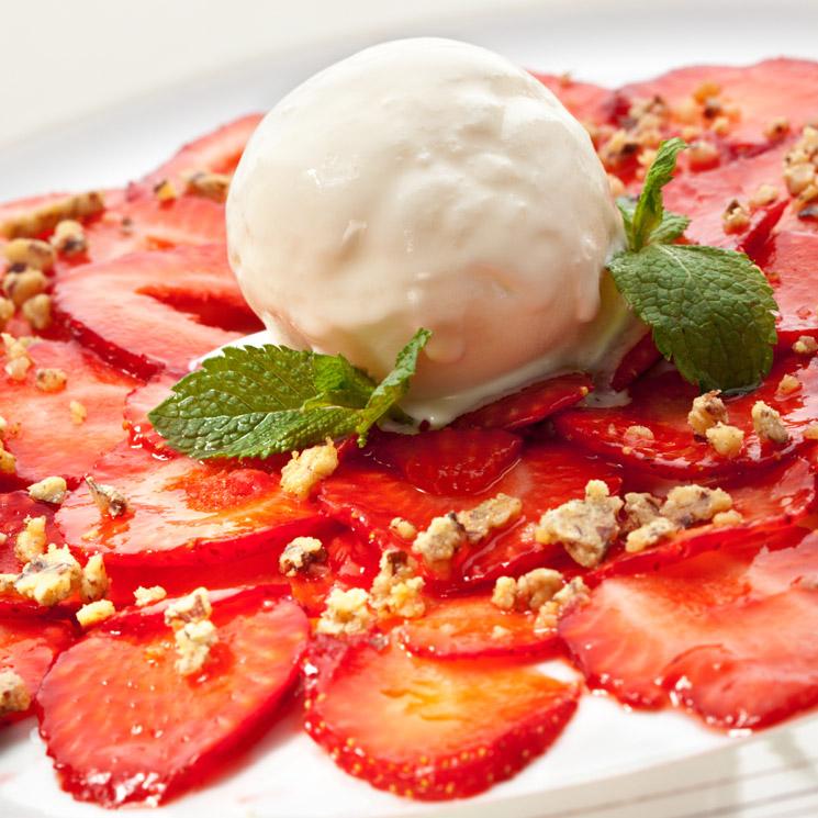 'Carpaccio' de fresas con helado de vainilla