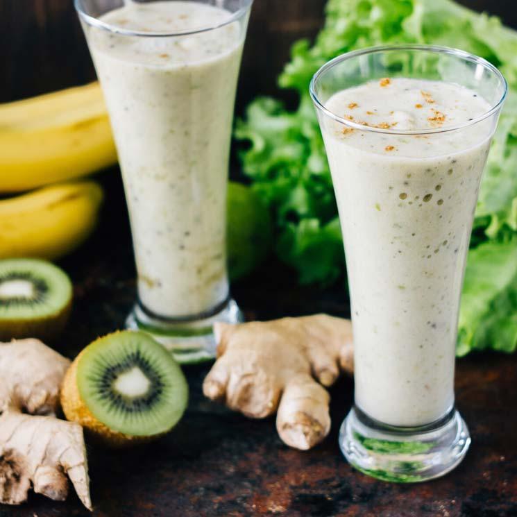 'Lassi' de plátano y kiwi con lima, jengibre y cúrcuma